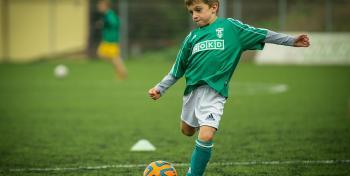 lapsi pelaa jalkapalloa, Pixabay
