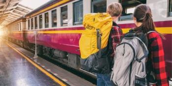 Kaksi nuorta nousemassa junaan
