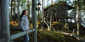 Nainen mökkikylässä
