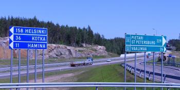 Mooottoritiellä Helsingin ja Pietarin tiekyltit