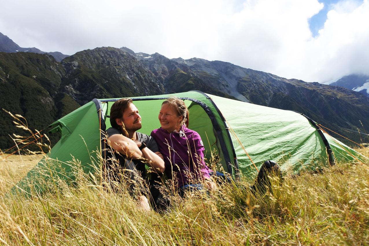 Titta ja Thomas Halloran teltassa matkalla