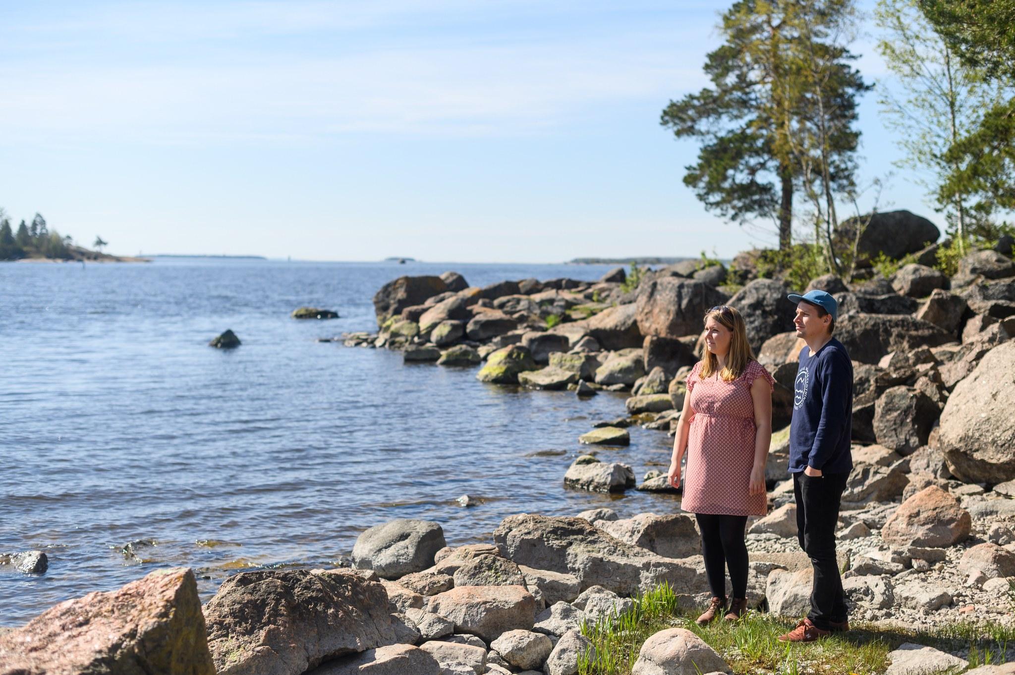 Reetta Keränen ja Antti Kurko meren rannalla