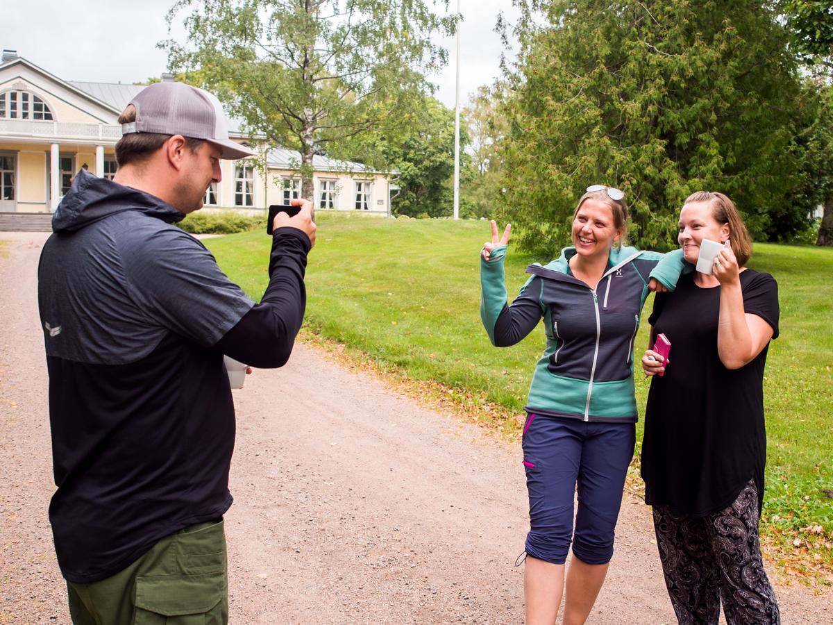 Tom Brunberg, Saana Jaakkola ja Katja Jankeri Harjun maisemissa kuva Katja Vaske