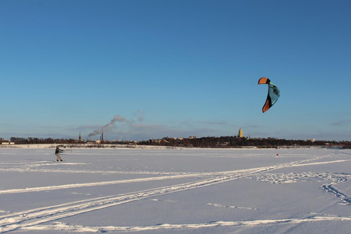 Leijalautailemassa meren jäällä