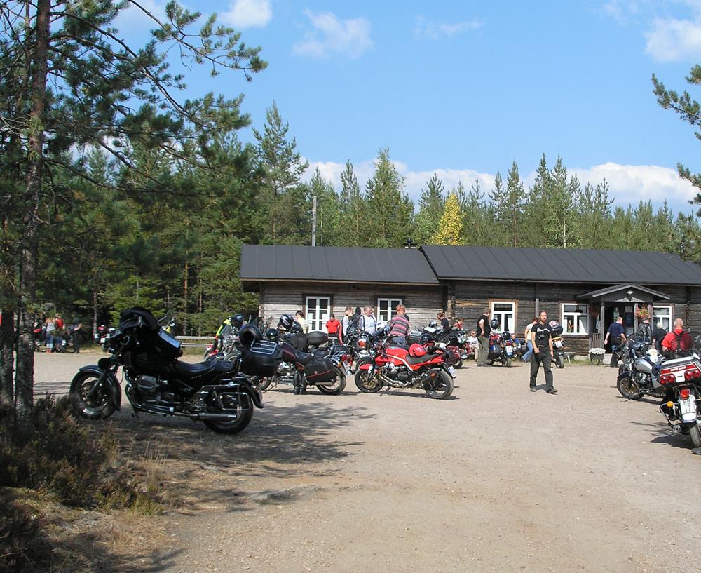 Moottoripyöräilijöitä Miehikkälän Salpalinja-museolla