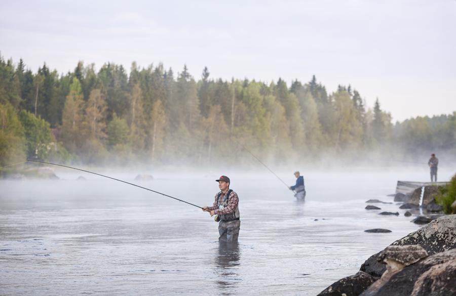 Kalastajia Kymijoella