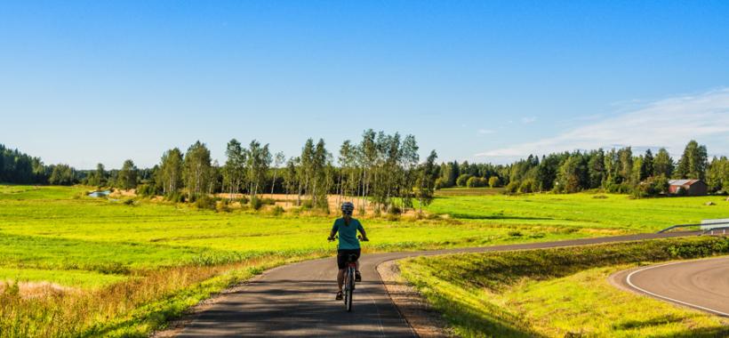 Pyöräilijä Kaakon maaseudulla
