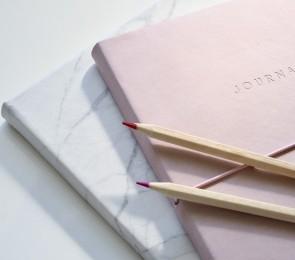 Vihko ja kynä. Kuva: Pixabay