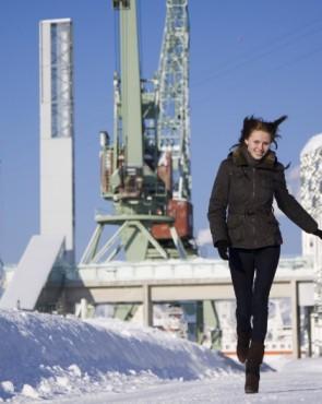 Talvinen tyttö Vellamon edessä Kuvaaja: Juha Karkkainen
