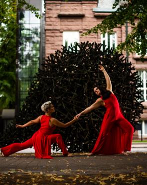 Tanssijat Kotkan veistospromenadilla
